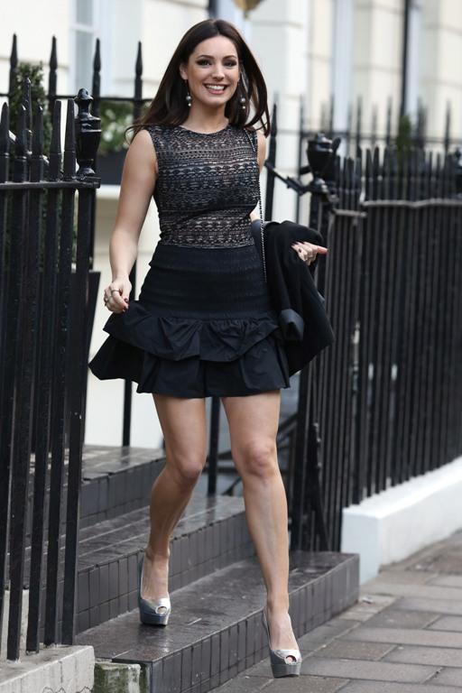 Светлые туфли с черной юбкой