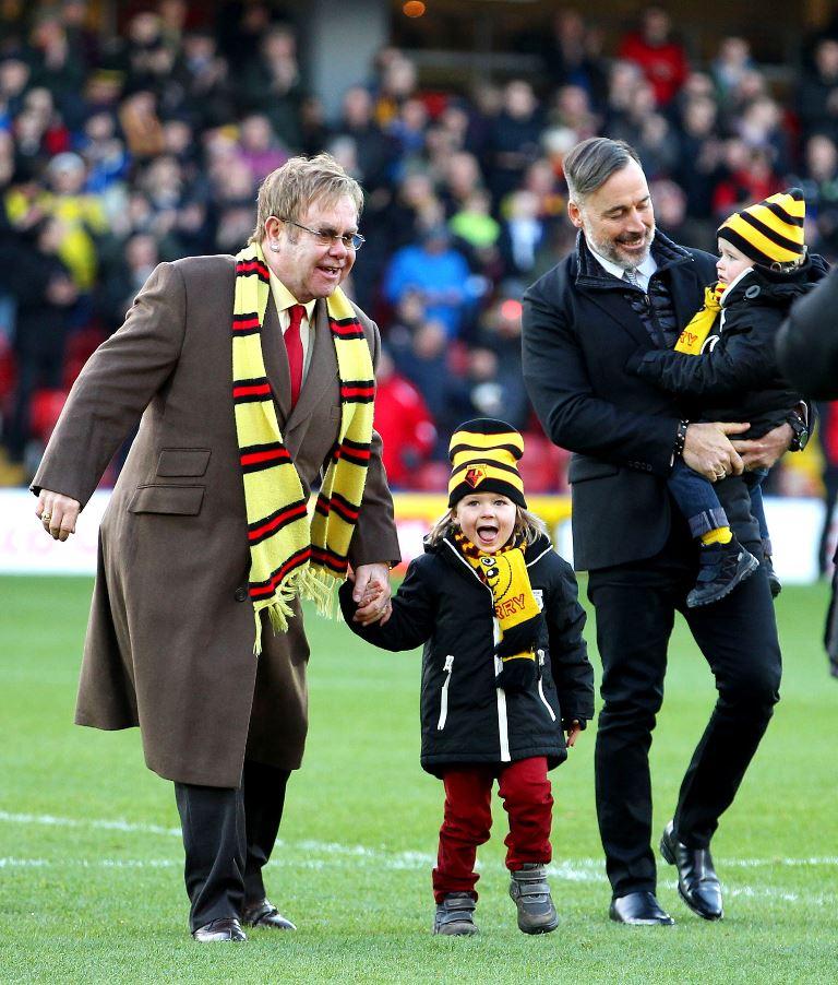 Элтон Джон с мужем и детьми на футбольном матче