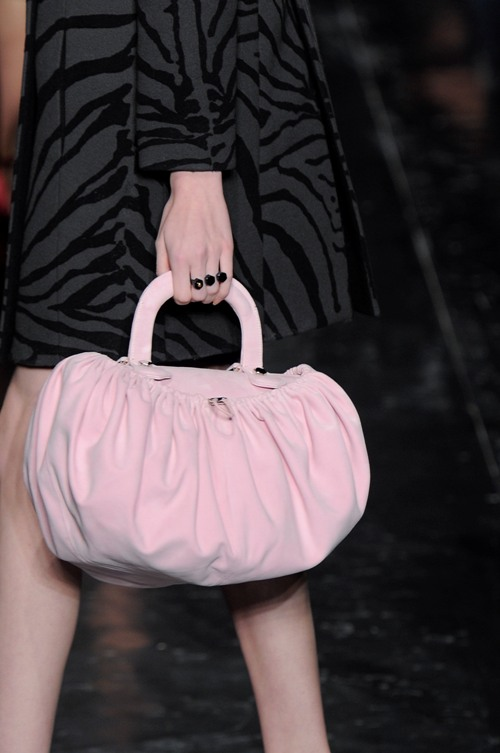 Diane Von Furstenberg представила на своем шоу удивительно причудливые сумки, в то время как Louis Vuitton предпочел...