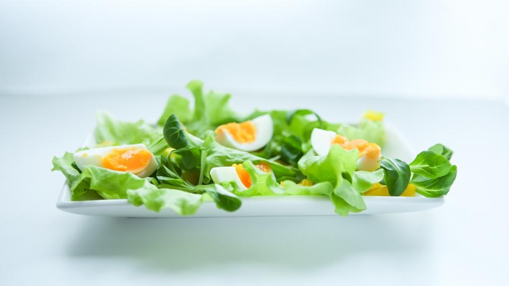 """Рецепт дня от """"Веселої Корівки"""": весенний салат с сырным соусом (пошаговый рецепт с фото)"""