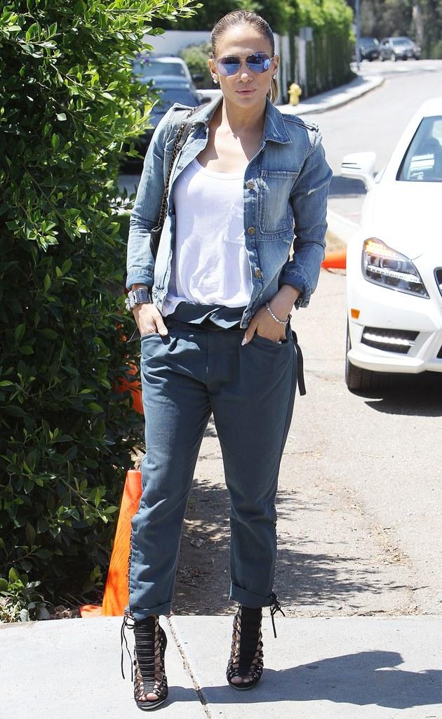Дженнифер Лопес на улице