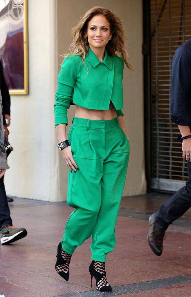 Дженнифер Лопес в зеленом костюме