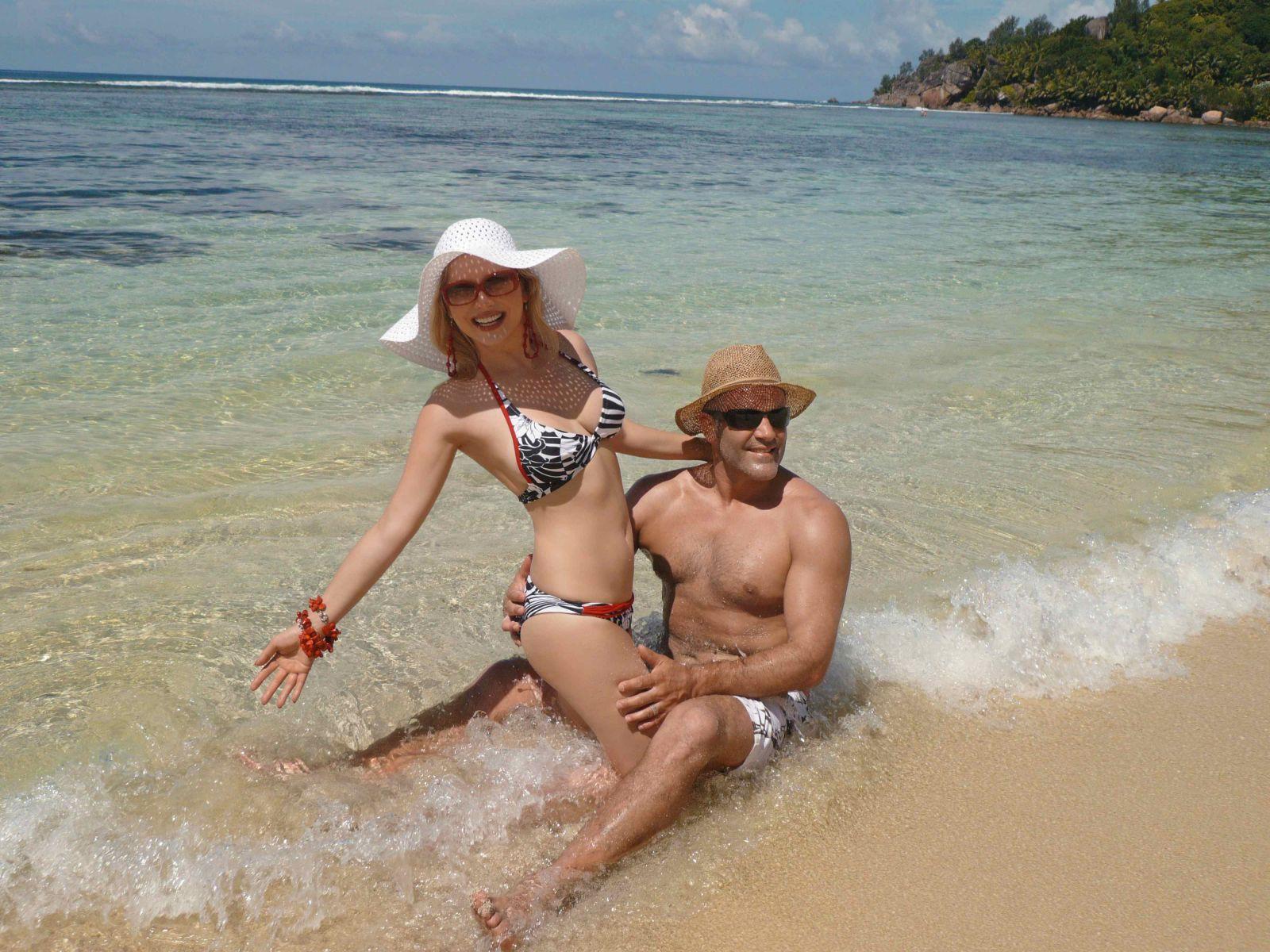 Тайные ласки мужа и жены на пляже 24 фотография