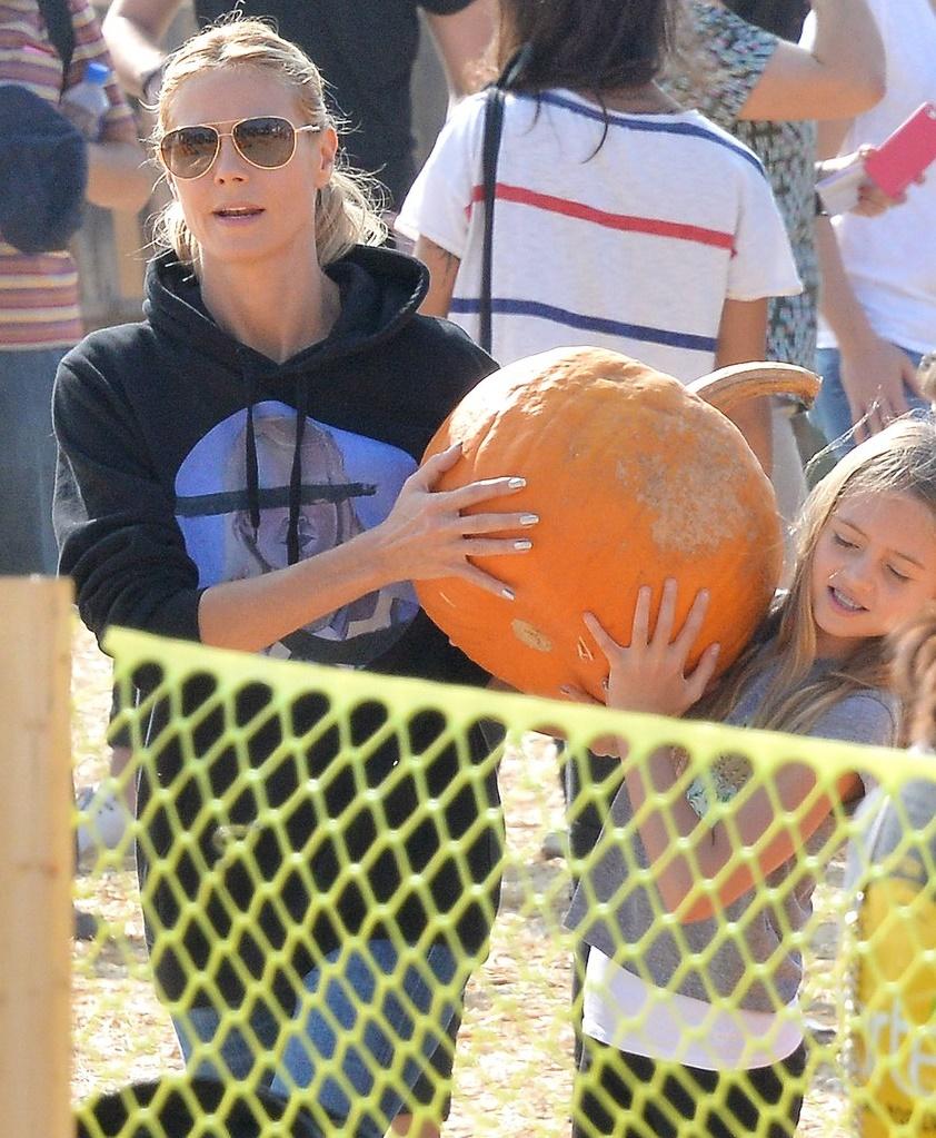 Хайди Клум с дочкой выбирают тыкву на Хэллоуин