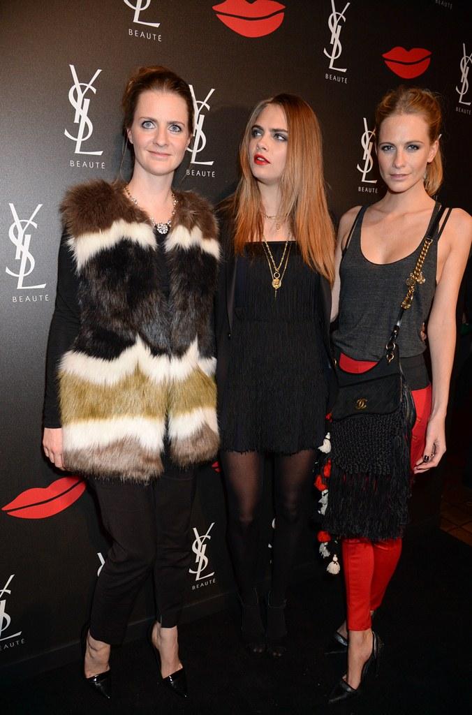 Кара Делевинь с сестрами