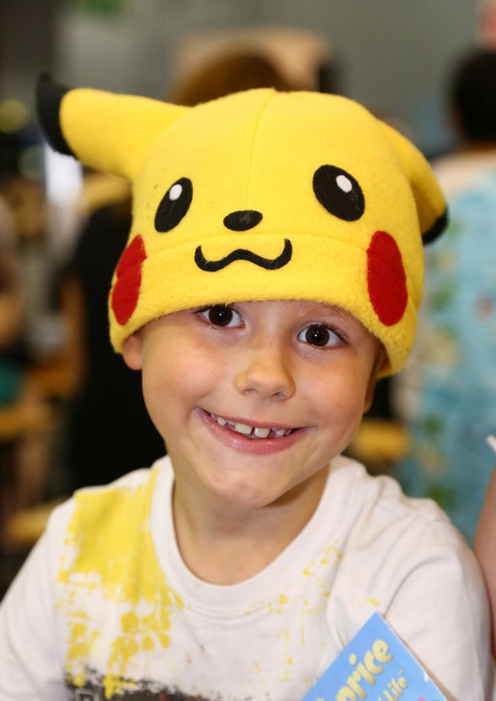 Ребенок в шапке покемона