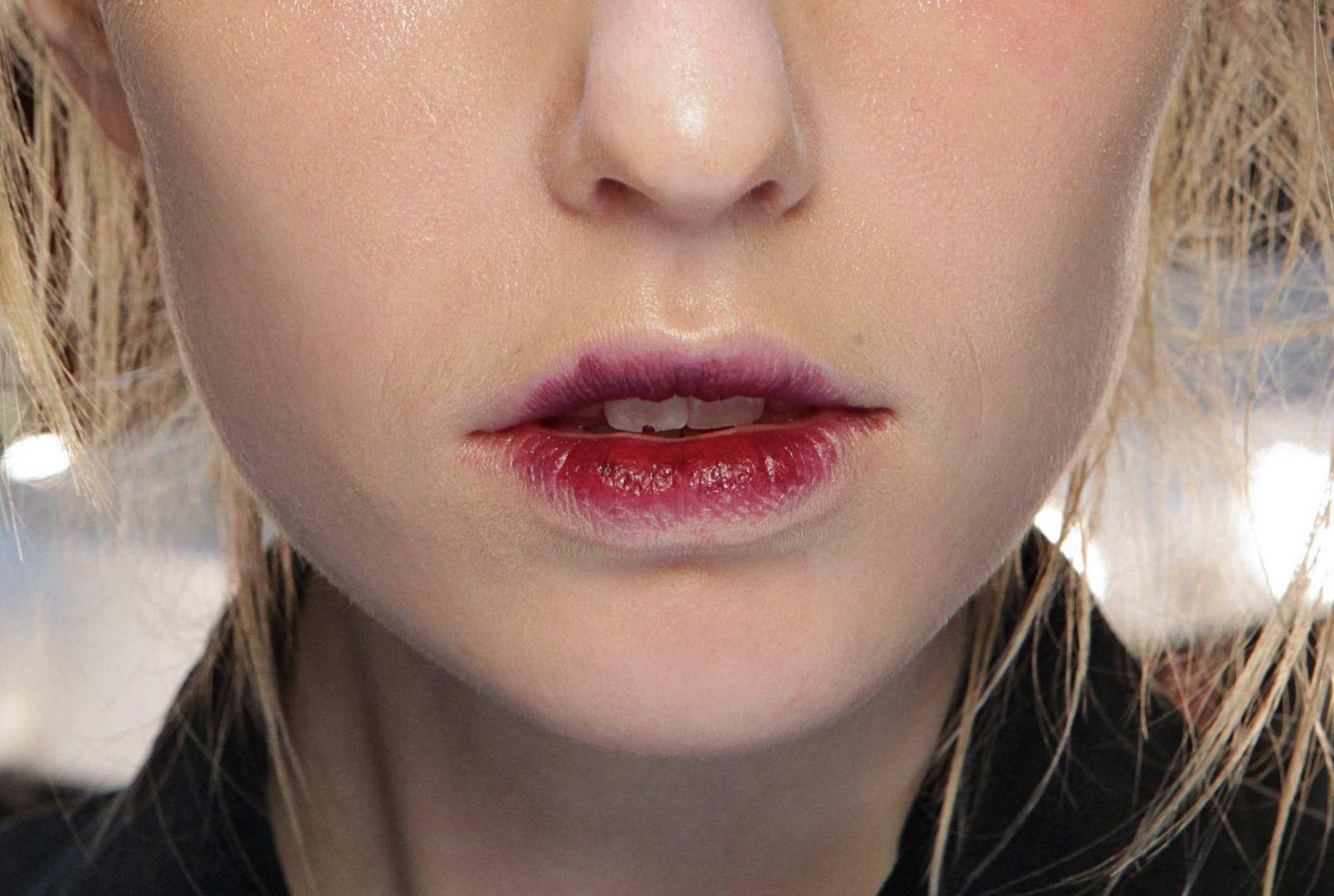 макияж губ красная помада