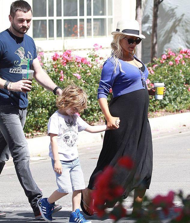 Беременная Кристина Агилера с животиком