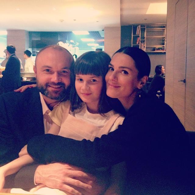 Маша Ефросинина с мужем Тимуром Хромаевым и дочкой Наной