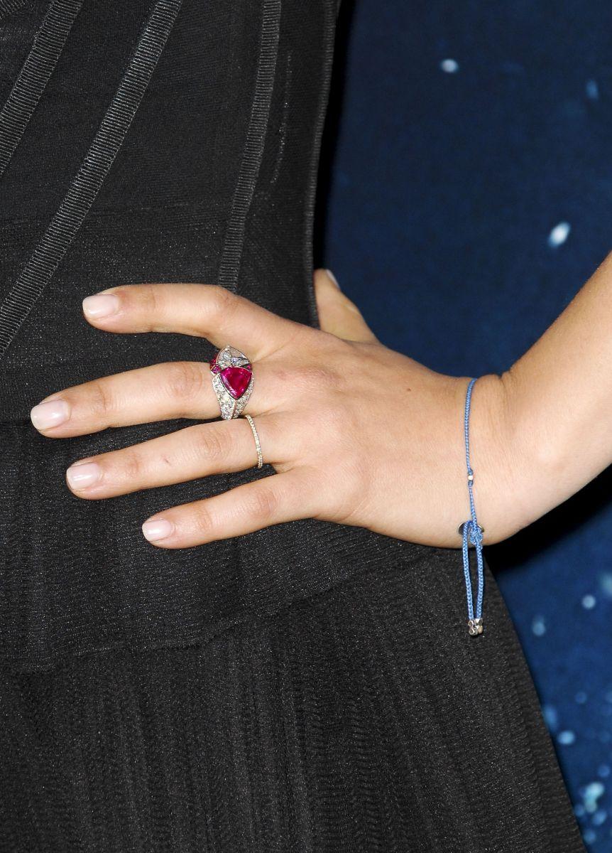 Мила Кунис с обручальным кольцом