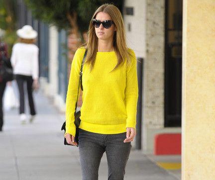 жолтый свитер