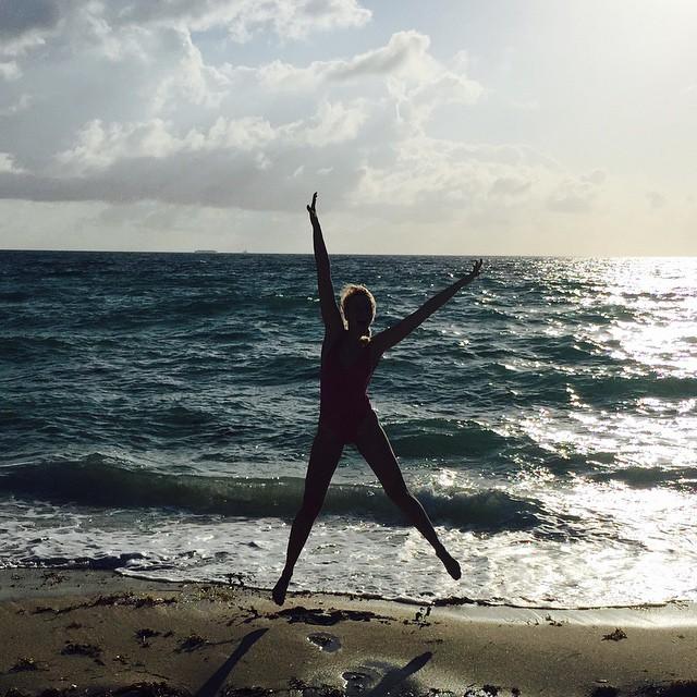 Оля Полякова в купальнике на море фото
