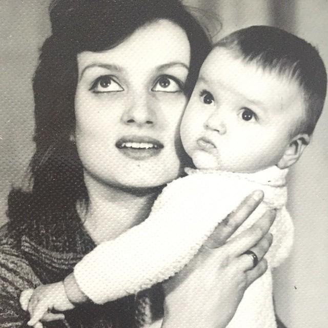 Оля Подякова с мамой в детстве фото