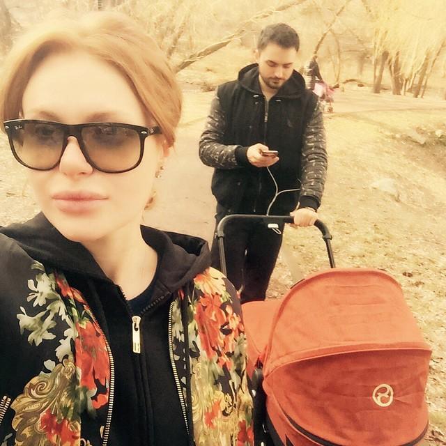 Певица Слава с мужем и ребенком на прогулке