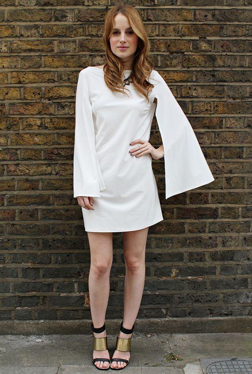 Светлое платье с темными босоножками