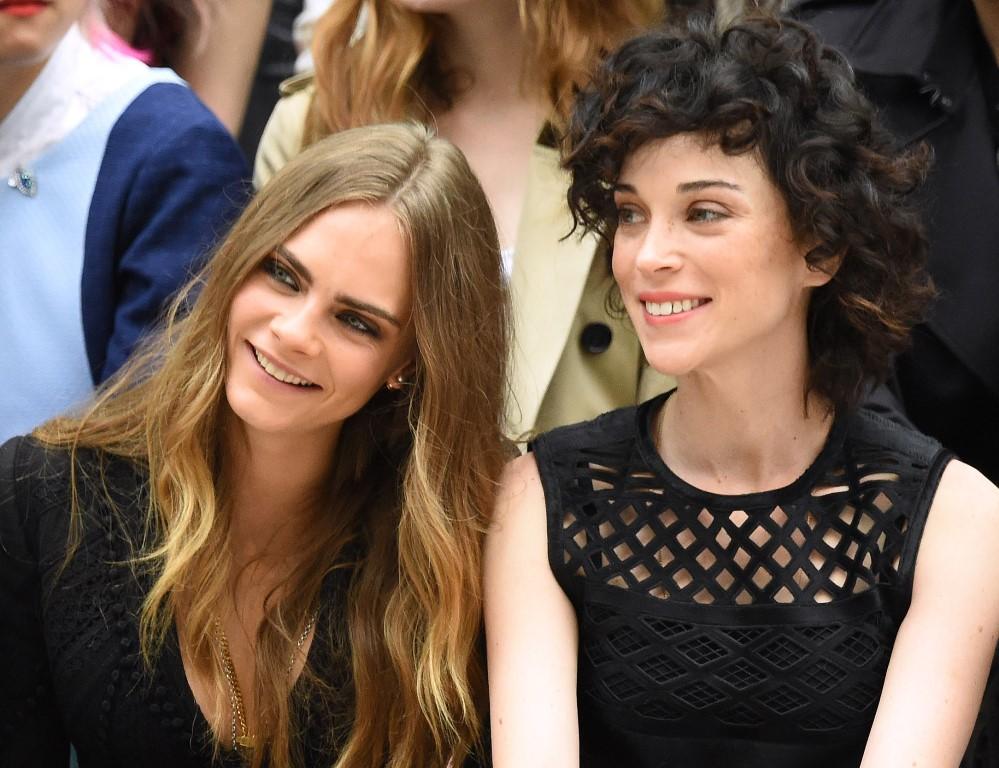 Кара Делевинь с любимой девушкой Burberry Лондон 2015 неделя моды