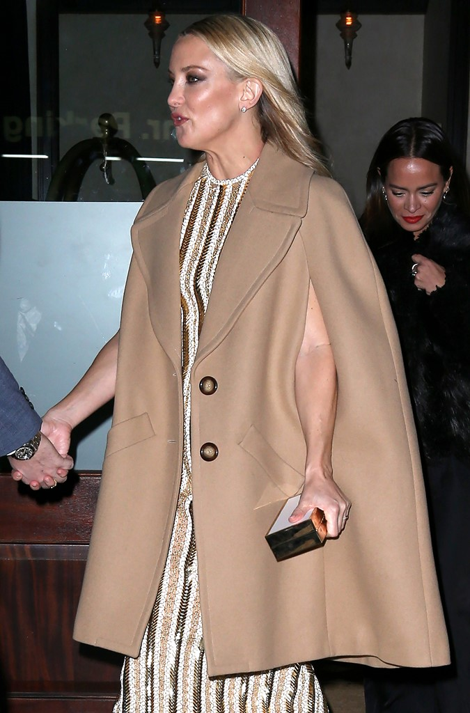 Кейт Хадсон мода осень 2015 кейп как носить