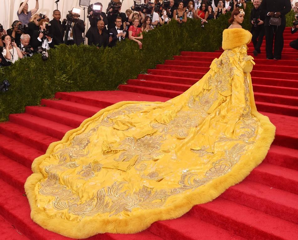 Рианна в длинном платье