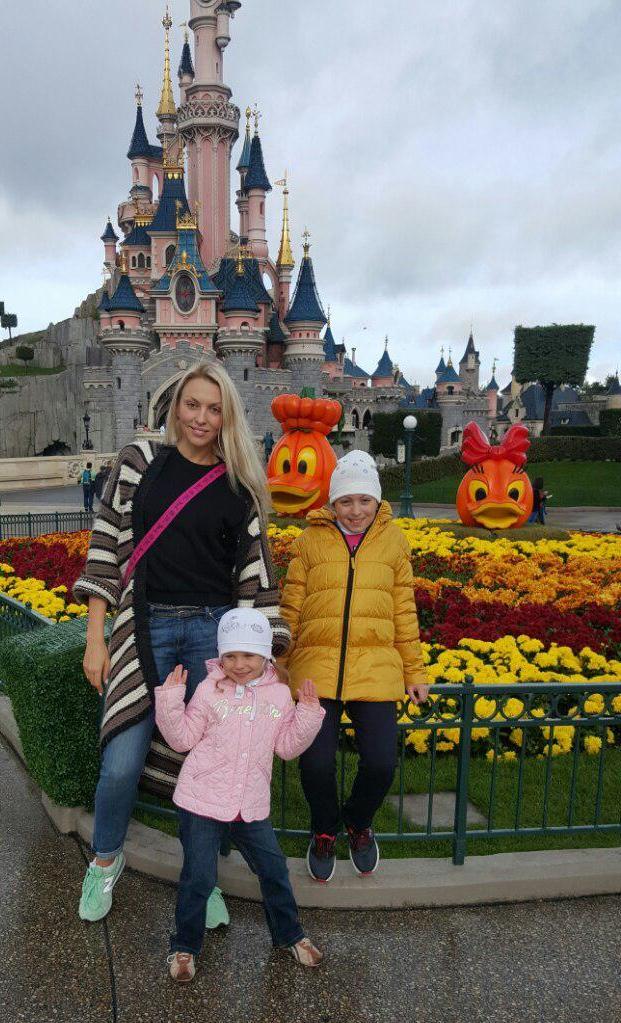 Оля Полякова загуляла с дочкой в Диснейленде