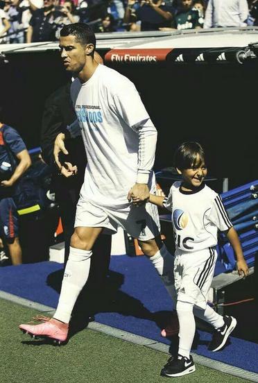 Криштиану Роналду пригласил сирийского мальчика на футбольный матч