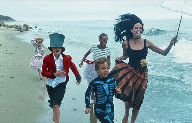 Анджелина Джоли снялась с мужем и детьми в карнавальной фотосессии для Vogue
