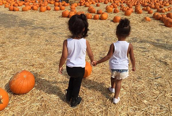 Ким Кардашьян с детьми готовится к Хэллоуину